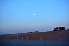 Sonnenuntergang über dem Strand Lizenzfreies Stockbild