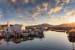 Sonnenuntergang über dem traditionellen Fischerdorf von Naousa auf Paros, die Kykladen Lizenzfreie Stockfotos