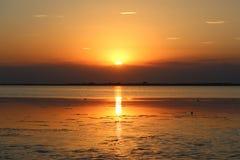 Sonnenuntergang über dem Wasser stockfotografie