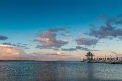 Sonnenuntergang über dem Wasser Stockbilder