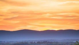 Sonnenuntergang über den Bergen Stockbilder
