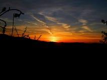 Sonnenuntergang über den Bergen lizenzfreie stockfotos