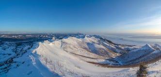 Sonnenuntergang über den Bergen auf Sachalin-Insel Lizenzfreie Stockfotos
