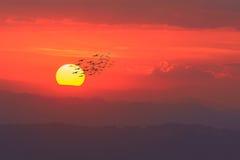 Sonnenuntergang über den Bergen eine schöne Zeit Lizenzfreie Stockfotos