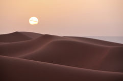 Sonnenuntergang über den Dünen in der Wüste von Marokko Stockbilder