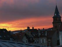 Sonnenuntergang über den Dachspitzen und der Kirche von Heiliges Dié DES Vosges stockbild