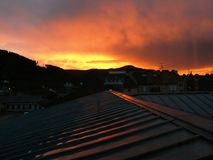 Sonnenuntergang über den Dachspitzen von Heiliges Dié DES Vosges stockfotos