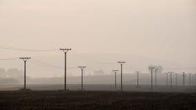Sonnenuntergang über den Feldern im Nebel Stockfotos