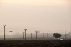Sonnenuntergang über den Feldern im Nebel Lizenzfreies Stockbild