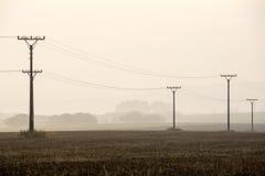 Sonnenuntergang über den Feldern im Nebel Stockfoto