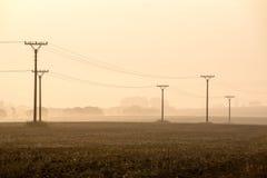 Sonnenuntergang über den Feldern im Nebel Lizenzfreie Stockbilder