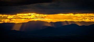 Sonnenuntergang über den Hügeln Lizenzfreie Stockbilder