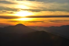 Sonnenuntergang über den Hügeln Stockbilder