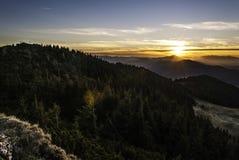 Sonnenuntergang über den Hügeln Stockfotografie
