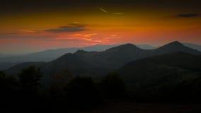 Sonnenuntergang über den Hügeln lizenzfreies stockbild