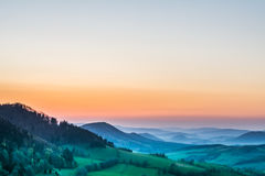 Sonnenuntergang über den Hügeln am Sommer Lizenzfreies Stockfoto