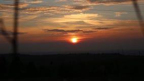 Sonnenuntergang über den Hügeln und dem Überschreiten bewölkt sich stock footage
