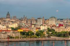 Sonnenuntergang über den historischen Gebäuden der alten Stadt von Havana stockfotos
