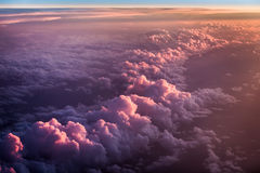Sonnenuntergang über den purpurroten Wolken Stockfoto