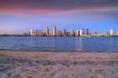Sonnenuntergang über den San Diego-Skylinen über San Diego Bay von Coronado-Insel stockbild