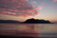 Sonnenuntergang über den Seeempfindlichen Schatten des Sonnenunterganghimmels stockfotografie