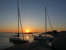 Sonnenuntergang über den Segelbooten festgemacht in kleiner Felseninsel Lizenzfreie Stockfotografie