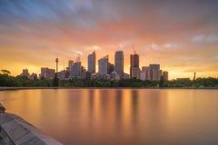 Sonnenuntergang über den Skylinen von Sydney lizenzfreie stockbilder