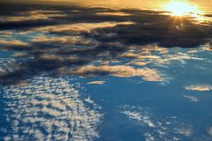 Sonnenuntergang über den Wolken Lizenzfreie Stockfotos