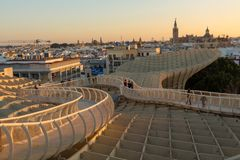 Sonnenuntergang über der alten Stadt von Sevilla stockfotografie
