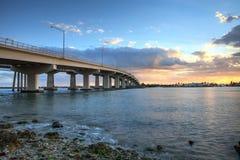 Sonnenuntergang über der Brückenfahrbahn, die auf Marco Island reist, Lizenzfreie Stockfotografie