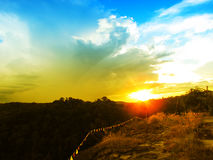 Sonnenuntergang über der Gebirgswaldlandschaft Lizenzfreie Stockfotos