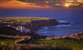 Sonnenuntergang über der Küste von den Azoren Stockbilder
