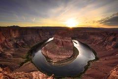 Sonnenuntergang über der Kehre lizenzfreie stockfotos