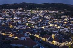 Sonnenuntergang über der kleinen Stadt von Montanchez stockfotografie