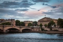 Sonnenuntergang ?ber der Nationalversammlung in Paris stockbilder