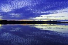 Sonnenuntergang über der Oberfläche des Sees Stockbild