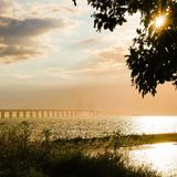 Sonnenuntergang über der Oresund Brücke Stockbild