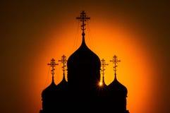 Sonnenuntergang über der orthodoxen Kirche in Kaluga-Region in Russland Lizenzfreie Stockfotos