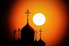 Sonnenuntergang über der orthodoxen Kirche in Kaluga-Region in Russland Lizenzfreies Stockbild