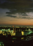 Sonnenuntergang über der Raffinerie Stockbild