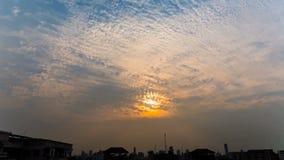 Sonnenuntergang über der Stadt stock video