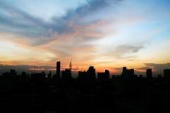 Sonnenuntergang über der Stadt mit Wolkenhimmel Lizenzfreie Stockfotos