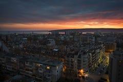 Sonnenuntergang über der Stadt von Varna stockfotos