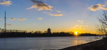 Sonnenuntergang über der Wolga in Tver Lizenzfreies Stockfoto