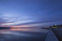 Sonnenuntergang über der Wolga und Präsidentenbrücke, gelegen in Ulyanovsk Lizenzfreie Stockfotos