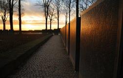 Sonnenuntergang über deutschem Militärfriedhof Langemark WW1, Belgien stockfotos