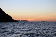 Sonnenuntergang über doppelten Kegel-Insel-Pfingstsonntagen Queensland Lizenzfreies Stockfoto