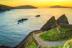 Sonnenuntergang über Dunquin-Bucht auf Dingle-Halbinsel Lizenzfreie Stockfotos