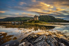 Sonnenuntergang über Eilean Donan Castle stockfotos