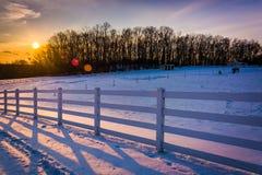 Sonnenuntergang über einem Bauernhoffeld in ländlicher Carroll County, Maryland Stockfotos